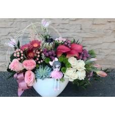 Aranjament in vas ceramica oval,mixt de flori si figuina