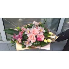 Buchet cu trandafiri, cymbidium,lalele si lisiantus
