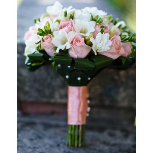Buchet de mireasa sau de oferit: frezii+trandafiri