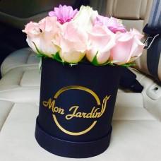 Cutie Deluxe neagra Mini cu trandafiri si gherbera roz