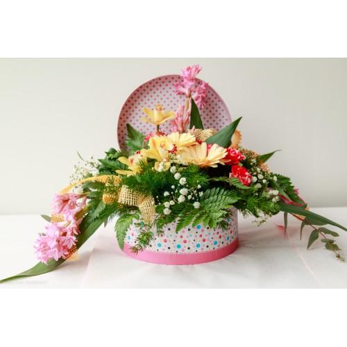 Aranjament de primavara in cutie - zambile, orhidee, mini gherbera, trandafiri pe creanga